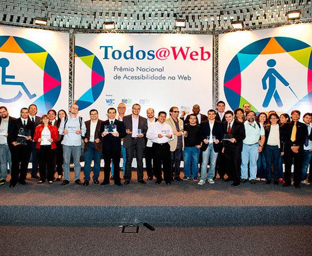 Foto de todos os vencedores da primeira edição do Prêmio Nacional de Acessibilidade na Web